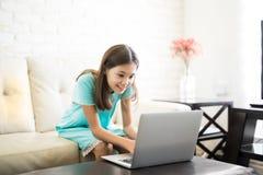 教育学会与计算机和互联网的女孩户内 免版税图库摄影
