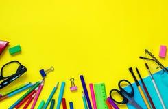 教育学生文具在黄色背景的玻璃静物画 库存图片