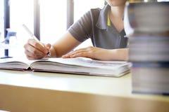 教育想法概念 读和研究检查的 库存照片