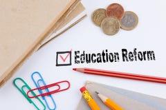 教育改革 与红十字的查询表在白皮书 库存照片