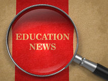 教育新闻-放大镜。 库存图片