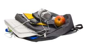 教育有学校用品的背包和有耳机的一种片剂 免版税库存图片