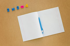 教育有笔记本、笔和数字的书桌 库存照片