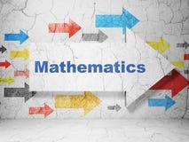 教育概念:与数学的箭头在难看的东西墙壁背景 库存照片