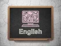 教育概念:计算机个人计算机和英语在黑板背景 库存照片