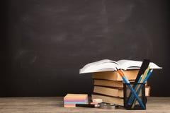 教育概念-在书桌上的书在观众席 免版税库存图片