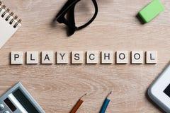 教育比赛在木办公室桌上的拼写词的元素 图库摄影