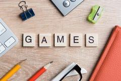 教育比赛在木办公室桌上的拼写词的元素 库存照片