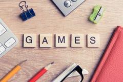 教育比赛在木办公室桌上的拼写词的元素 免版税库存照片