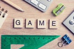 教育比赛在木办公室桌上的拼写词的元素 免版税库存图片