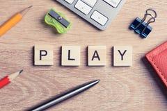 教育比赛在木办公室桌上的拼写词的元素 库存图片