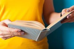 教育生活方式概念,妇女读了书 知识,学会 免版税图库摄影
