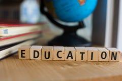教育的词拼写了与五颜六色的木字母表块 库存图片