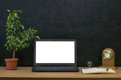 教育背景 回到概念学校 有黑屏的膝上型计算机在桌上 库存照片