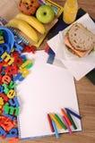 教育被包装的午餐三明治、苹果、饮料在学校书桌上或桌,拷贝空间,垂直 免版税库存照片