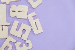 教育计数集合的孩子算术木玩具比赛在孩子算术类幼儿园 算术玩具哄骗概念 在a的数字 免版税库存图片