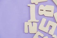 教育计数集合的孩子算术木玩具比赛在孩子算术类幼儿园 算术玩具哄骗概念 在a的数字 免版税库存照片