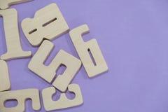 教育计数集合的孩子算术木玩具比赛在孩子算术类幼儿园 算术玩具哄骗概念 在a的数字 库存图片