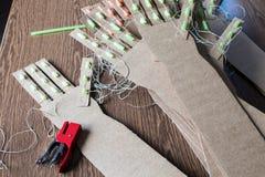教育词根活动的各种各样的纸板胳膊DIY与孩子 库存图片