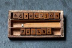 教育门概念性图象 与文本,在木箱的减速火箭的样式铅笔的葡萄酒块 灰色石背景 库存照片