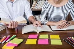 教育,教学,学会概念 两名高中学生 免版税库存照片