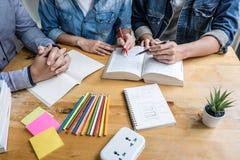教育,教学,学会概念 高中生或同学在图书馆里学习和读在帮助下的小组家庭教师 库存图片