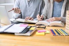 教育,教学,学会,技术和人概念 两个高中生或同学有帮助朋友的做 库存图片