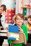教育-学会在学校的学生和老师 免版税库存照片
