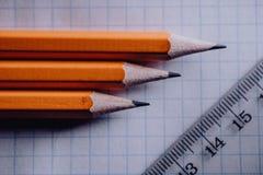 教训在学校,为类做准备 在桌、笔记本和铅笔上的学校用品 免版税库存照片