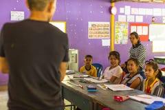 教训的孩子在项目柬埔语的学校在被剥夺的区域哄骗关心帮助被剥夺的孩子与教育 图库摄影