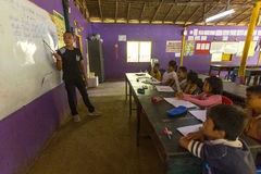 教训的孩子在项目柬埔语的学校在被剥夺的区域哄骗关心帮助被剥夺的孩子与教育 免版税库存图片
