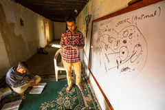教训的未知的孩子在Jagadguru学校 学校被建立让新一代学会梵语和蜜饯印度文化 免版税库存照片