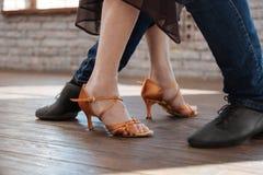 教资深妇女的纯熟舞蹈长沙发在舞厅 免版税库存图片