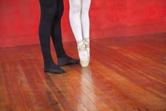 教练员和芭蕾舞女演员在硬木地板上 图库摄影