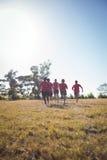 教练员在新兵训练所的训练孩子 免版税库存照片
