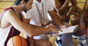 教练和球员谈论在剪贴板 股票录像