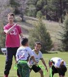 教练旗标橄榄球队的一个年轻人 库存照片