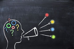 """教练概念分享与人头形状的†""""知识和想法和扩音机或者手提式扬声机在黑板 库存照片"""