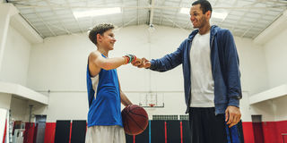 教练男孩运动员篮球跳动体育概念 免版税库存照片
