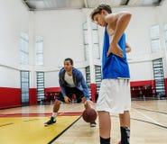 教练篮球体育运动员锻炼比赛概念 库存图片