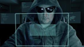 敞篷和墨镜的黑客在虚屏前面坐并且为密码解密写代码 黑客得到 影视素材