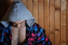 敞篷的行家年轻运动的肌肉棕色深色头发的人 免版税图库摄影