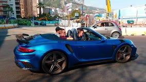 敞篷车车的911 Carrera敞蓬车的四个年轻人在摩纳哥 股票视频