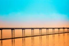 敞篷有桔子和小野鸭日落的运河桥梁 免版税库存照片