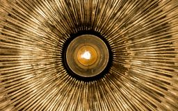散发从中心的抽象金黄光芒 免版税库存照片