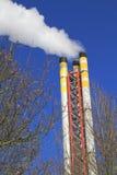 散发焚化装置烟的烟囱 库存图片