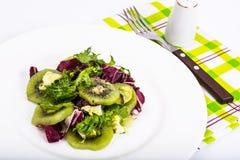 散叶莴苣,猕猴桃,橄榄油素食菜单沙拉  免版税库存图片