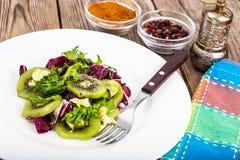 散叶莴苣,猕猴桃,橄榄油素食菜单沙拉  库存照片