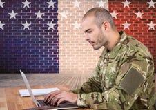 散布在美国旗子前面的战士 免版税库存图片