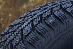 散布的冬天轮胎 库存图片